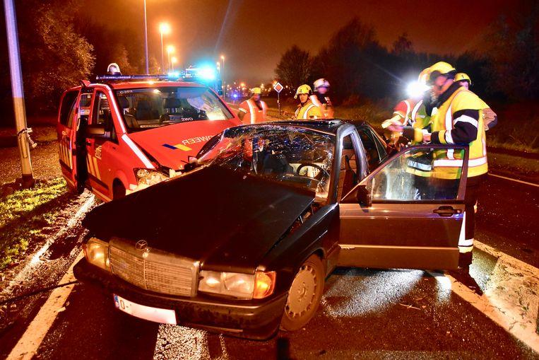 Beide voertuigen liepen zware schade op bij de hevige klap.