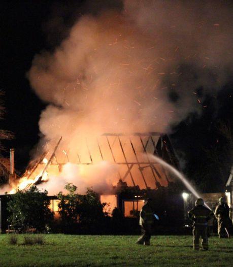 Metershoge vlammen verwoesten schuur, woonhuis Dinxperlo gered