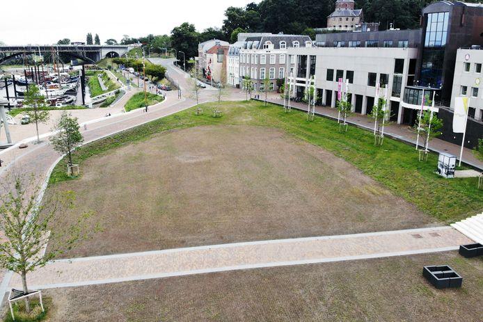 Een dorre vlakte op de Waalkade in Nijmegen.
