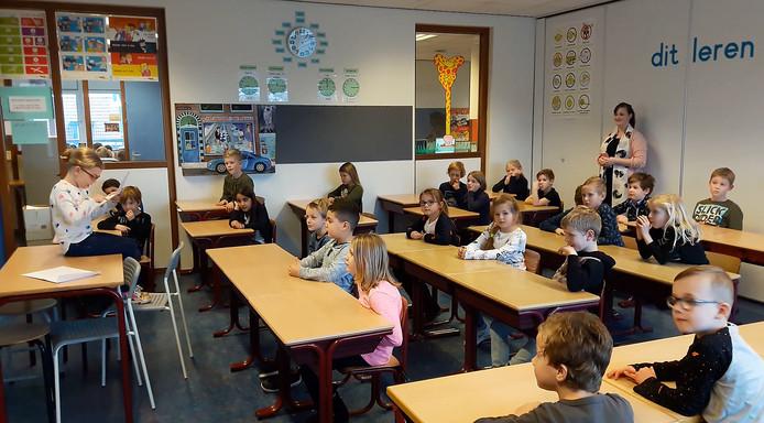 7-jarige Loïs Verdaasdonk leest de brief van burgemeester Miranda de Vries voor aan haar klas in Etten-Leur. Still uit video Mariette den Engelse