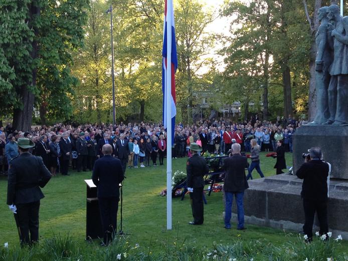 Honderden belangstellenden in de Bossche Casinotuin tijdens de Dodenherdenking.