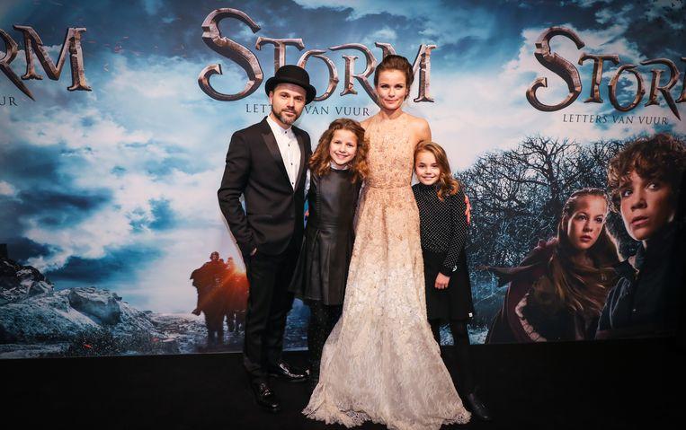Tom en Angela samen met hun dochters Bloem en Mensje.