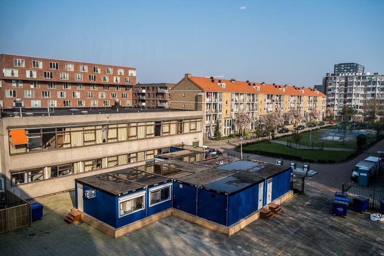 Het voormalige Comenius Lyceum aan de Derkinderenstraat, waar nu een 24 uursopvang is gevestigd. Uitgeprocedeerde migranten slapen er in lokalen. Beeld Joris van Gennip