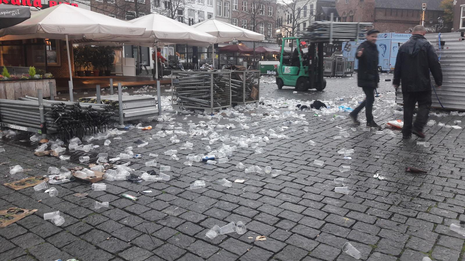 Op de Markt ruimden maandagochtend medewerkers van de gemeente plastic bekers op.
