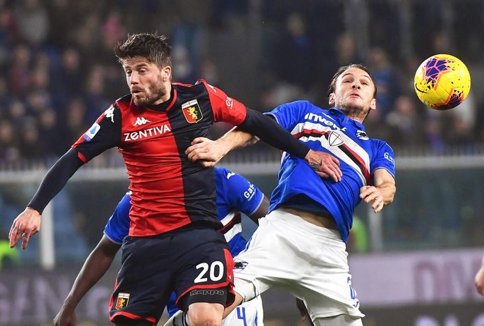 Lasse Schöne in duel met Albin Ekdal tijdens Genoa - Sampdoria in het Stadio Luigi Ferraris stadium in Genua.