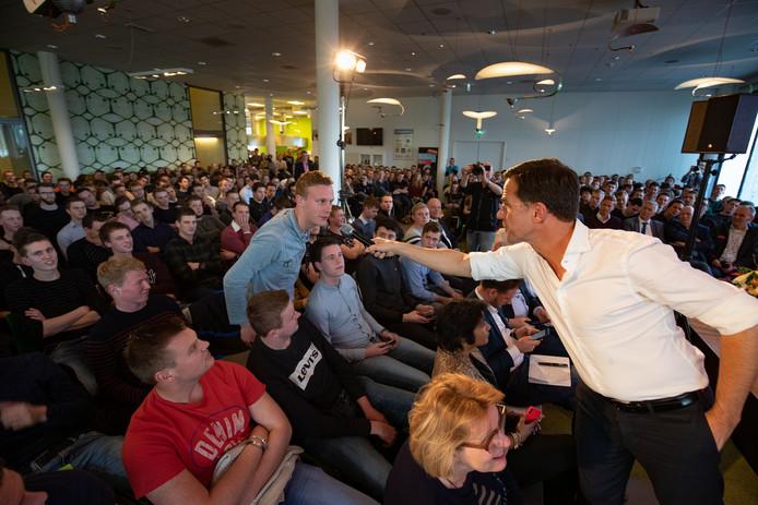 Mark Rutte laat een student een vraag stellen.