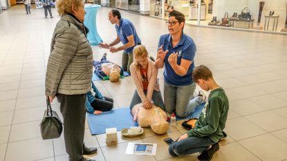 Studenten leren shoppers hoe te reanimeren na hartstilstand