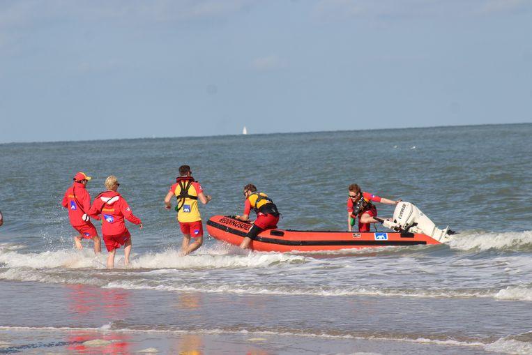 Archieffoto. De strandredders brengen een drenkeling aan land tijdens een oefening.