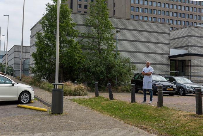Voordat het apparaat er staat moet het ziekenhuis nog worden verbouwd. Er moet een nieuwe 'bunker' worden geplaatst, een ruimte met dikke muren tegen de straling en genoeg plek voor het toestel zelf. Een parkeerplaats zal er voor worden opgeofferd. Radiotherapeut Peter-Paul van der Toorn staat op de plek waar het nieuwe apparaat komt te staan.