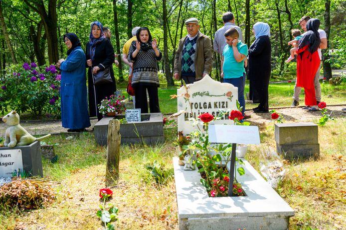 Een Turkse delegatie bezoekt de islamitische begraafplaats in Bergen op Zoom in juni dit jaar. Ook toen al kwam het eeuwig grafrecht er sprake.