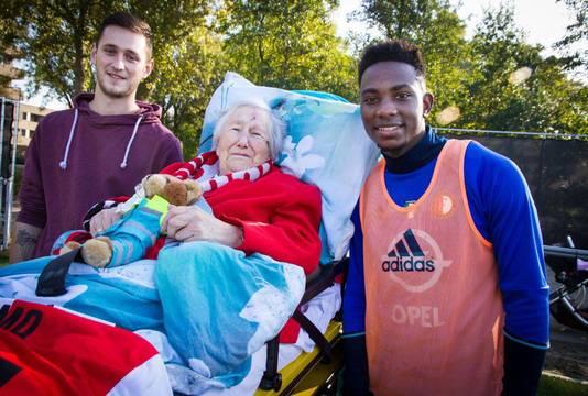 De 84-jarige Sjaan Nobel uit Ouderkerk aan den IJssel, geflankeerd door Elia en haar kleinzoon.