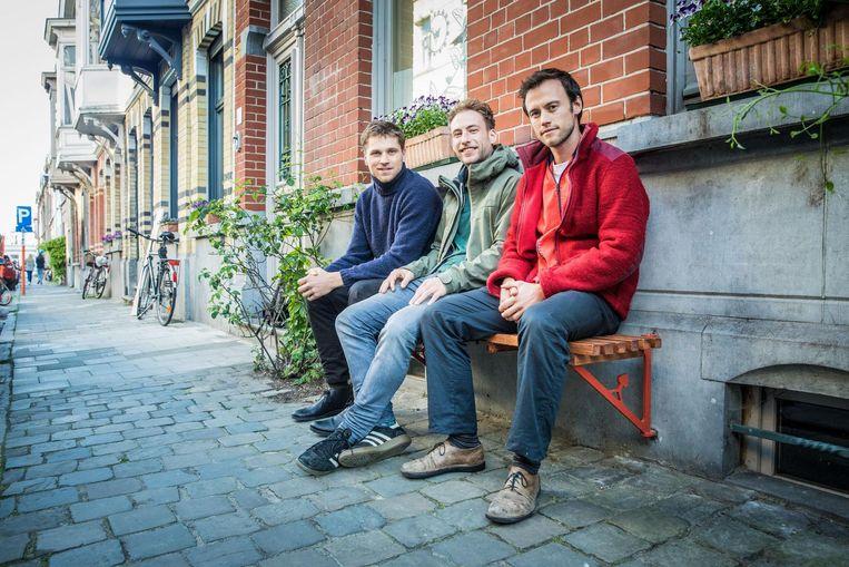 Pepijn, Jesse en Anton op een gevelbankje. De houten zitplank kan verwijderd worden en de metalen 'driehoekjes' zijn beweegbaar en kunnen tegen de gevel geplaatst worden.