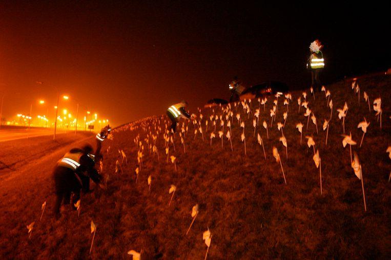 Al in 2011 werd actie gevoerd door het plaatsen van molentjes op de bermen aan de E40 oprit
