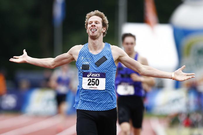 Thijmen Kupers juicht na het winnen van de 1500 meter tijdens het NK Atletiek