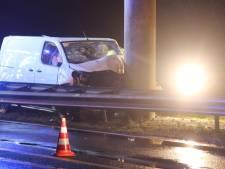 Bedrijfsbus belandt op verkeerde weghelft en botst tegen brugpijler