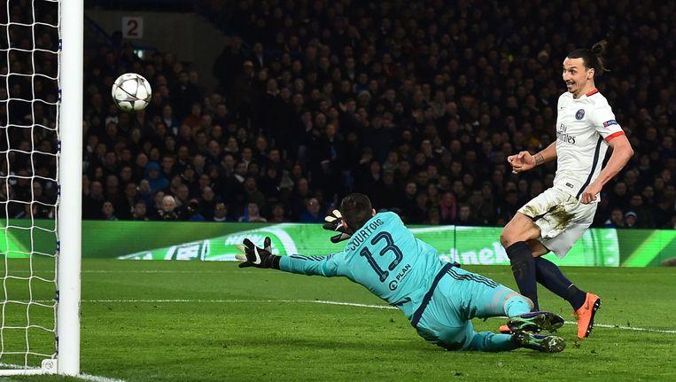 Zlatan Ibrahimovic, hier scorend tegen Chelsea, neemt het vanavond met Paris Saint-Germain op tegen Manchester City. Beeld afp