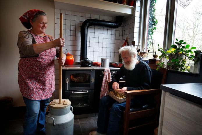 Zo nu en dan karnen Dittie en Govert van Zee in hun Herwijnse woning roomboter