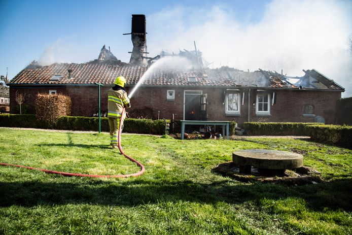 Aan de Zelksestraat in Horssen is een monumentale boerderij met rieten kap door brand volledig in de as gelegd.