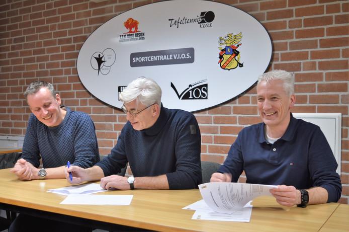 Onno Wessels en Paul Bonnes tekenen het contract met voorzitterTheo Helmers (midden) van VIOS Beltrum