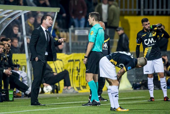 Stijn Vreven (l.) in gesprek met scheidsrechter Jochem Kamphuis.