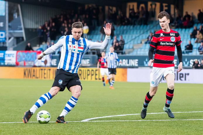 Kans voor FC Eindhoven speler Mart Lieder (L), De Graafschap speler Bart Straalman (R)