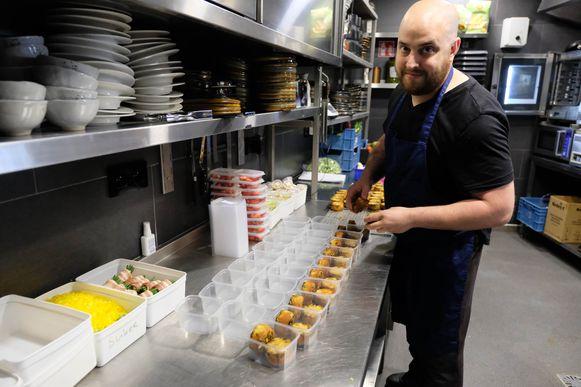 Frank Goudt van het gelijknamige restaurant bereidt in deze coronatijd ook afhaalmenu's.
