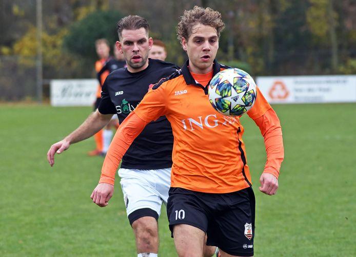 Bart van Fraeijenhove (Terneuzense Boys, oranje) in duel met een speler van Nivo Sparta.