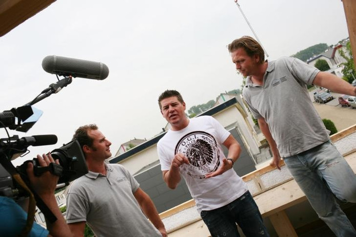 Frank van Peer (links) en Raymond Altena (rechts) van het Tielse bouwbedrijf Alpeera overleggen met presentator Martijn Krabbé. Foto: Karim de Groot