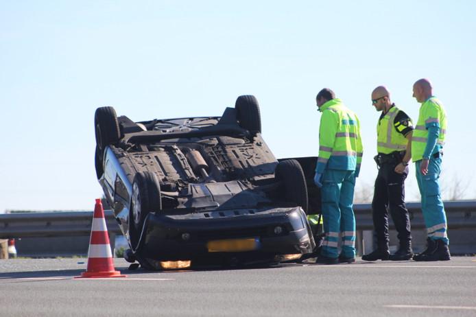 Op de A12 bij De Meern/Utrecht is een auto over de kop geslagen.