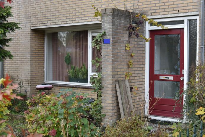 Een arrestatieteam heeft in Nijmegen een verwarde man in zijn woning aangehouden die zwaaide met twee slagersmessen.