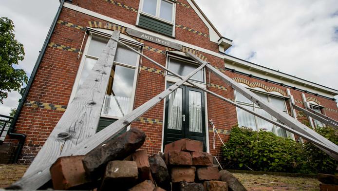 Schade aan een woningen in het aardbevingsgebied.
