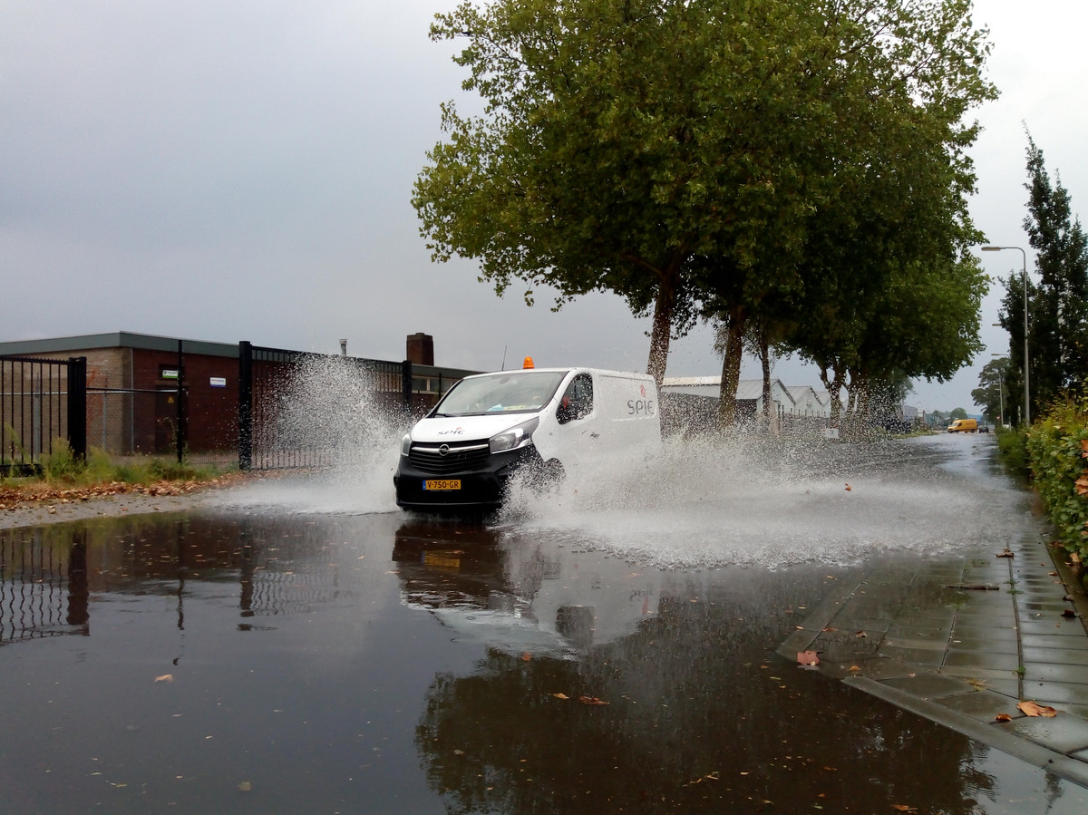 Door de hevige regenval staat een groot gedeelte van het industrieterrein in Kampen blank. Diverse straten kunnen beter gemeden worden.