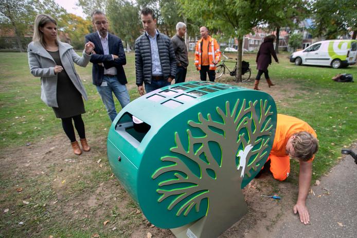 Eindhoven In het bijzijn van ontwerpers Francien Fleuren en Marcel Lamers onthult wethouder Jan van der Meer de Trash Tree