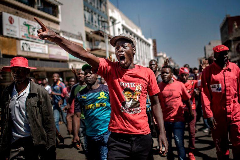 Aanhangers van de Zimbabwaanse oppositie onderweg naar het kantoor van de kiescommissie in Harare. Beeld AFP