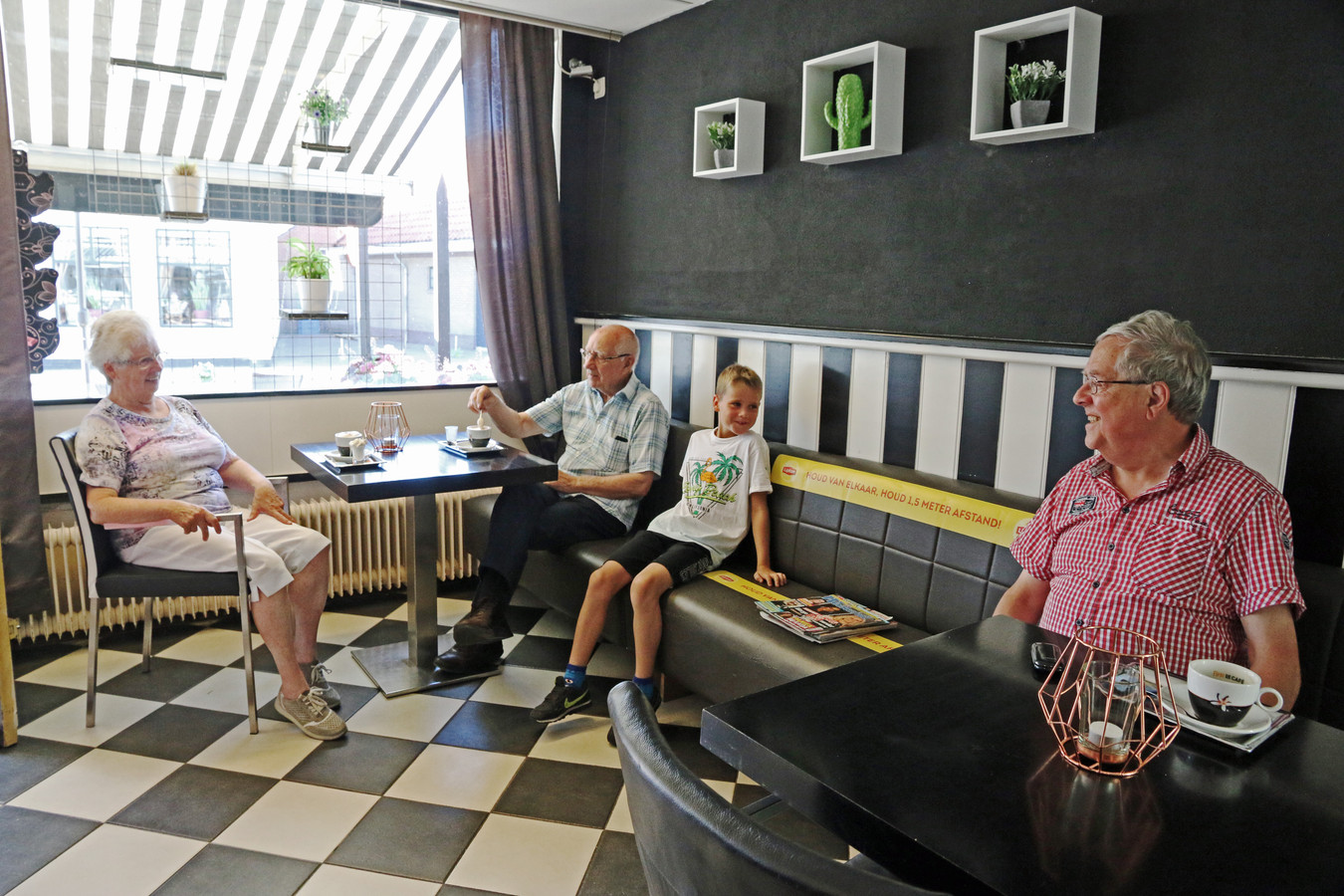 Het echtpaar Wijen, de jonge Sem en Ben Verkuijlen in café Het Soete Huys in Ittervoort.
