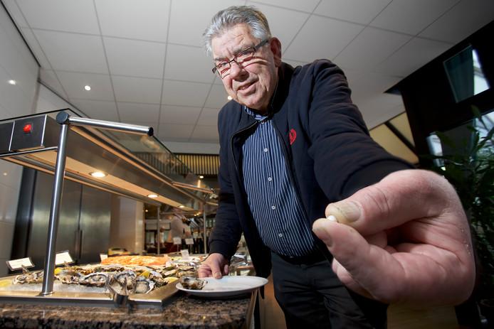 Henk Jalink uit Oosterhout trof tijdens het eten een parel van 6 mm doorsnee aan in zijn oester.