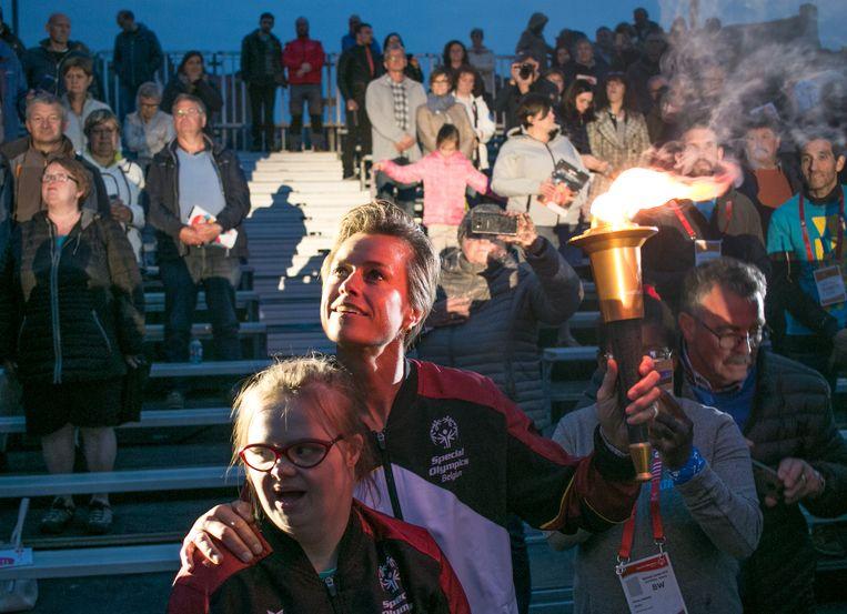 Olympisch kampioene Gella Vandecaveye en Special Olympics-atlete Marjolein Kastelyn met de olympische vlam.