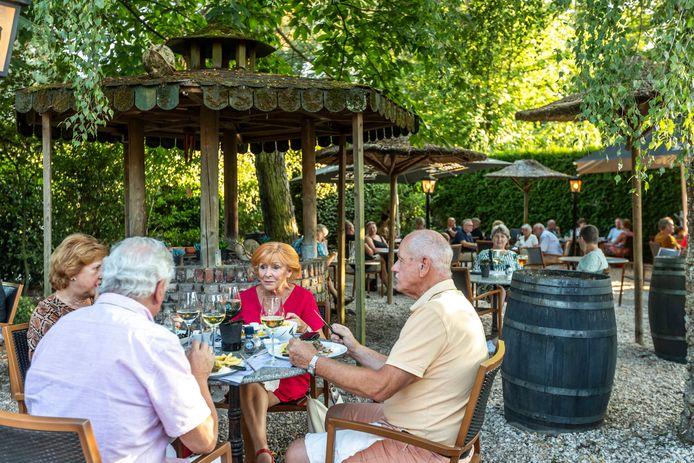 De tuin van Grand Café De Zwaan is gedeeltelijk ingericht als eetgelegenheid.
