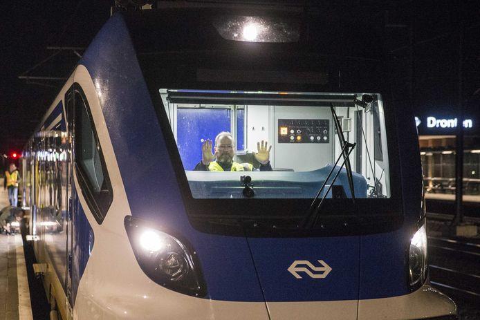 Onder toezicht van een machinist rijdt een trein op de automatische treinpiloot over de Hanzelijn. Het betreft een eerste experiment van de NS, waarbij een computer de trein laat rijden, remmen en stoppen op basis van een geprogrammeerde dienstregeling