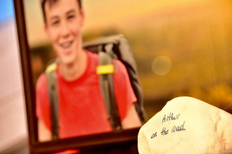 Een steen met het opschrift 'Arthur on the road', bij een foto van Emiel, verwees naar zijn 21-jarige neef van wie veertien dagen geleden afscheid werd genomen.
