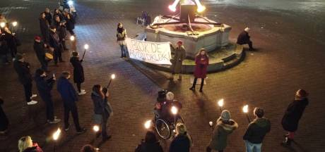 Protest tegen de avondklok bij 'viruskunstwerk' op de Hof