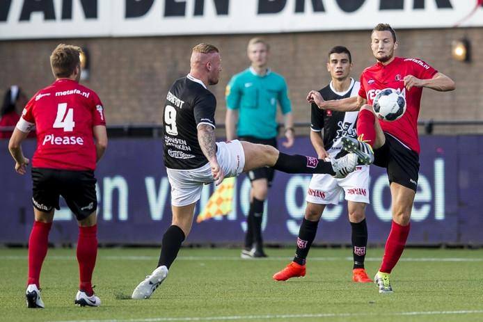 Steven Edwards (Helmond Sport) strijdt om de bal met MVV'er Thomas Verheijdt.