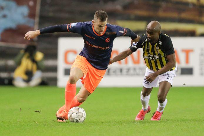 Eli Dasa (rechts) in duel met Mats Seuntjens van Fortuna Sittard.