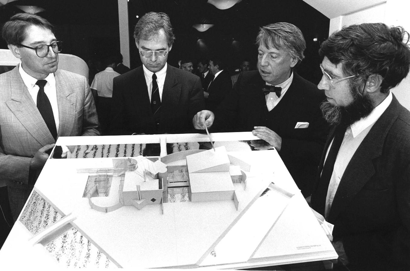 Cees Dam, tweede van rechts.