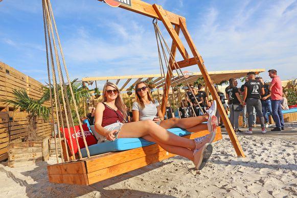 Zanzibar 2019. Genieten van een drankje kan ook op deze strandschommel.
