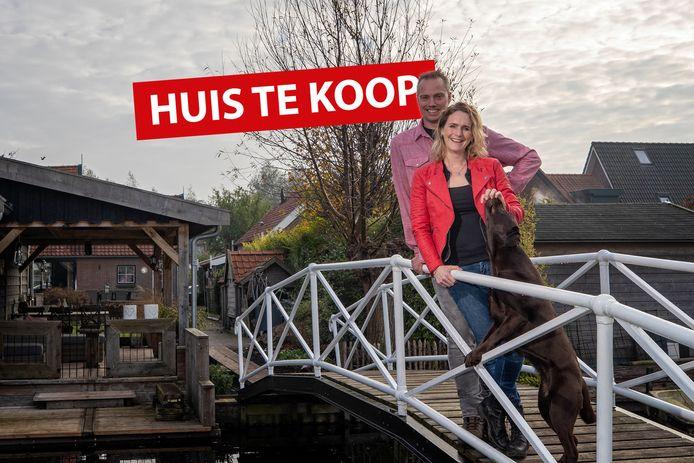 Mark en Ilona Hoogeveen en hun hond op de brug.