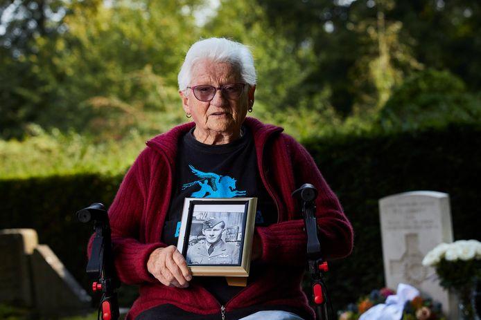Lenie van Avezaath (93) met een foto van de in 1944 verongelukte Nieuw-Zeelandse piloot William Gibbs Abbott.