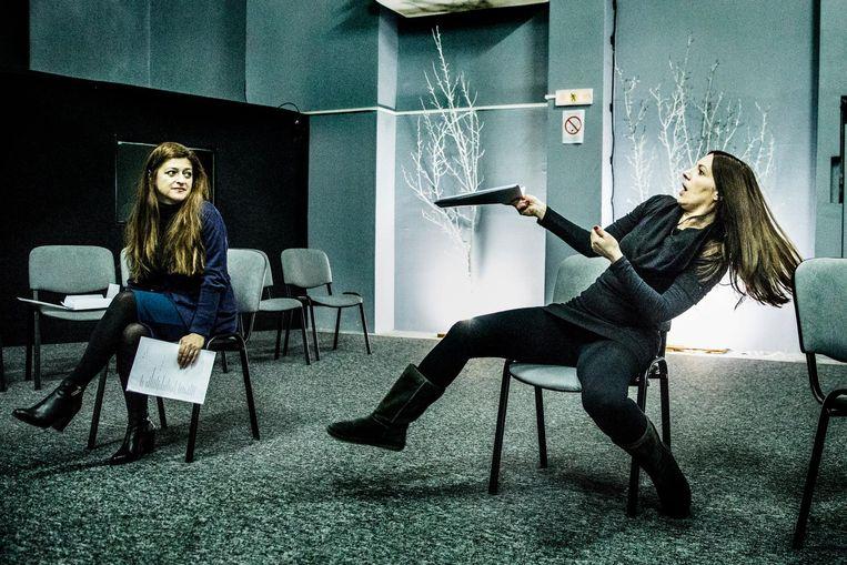 Repetitie voor 'Milosevic, de Musical' met hoofdrolspeler Ivana Kovacevic (rechts) als Mira. Beeld Aurélie Geurts