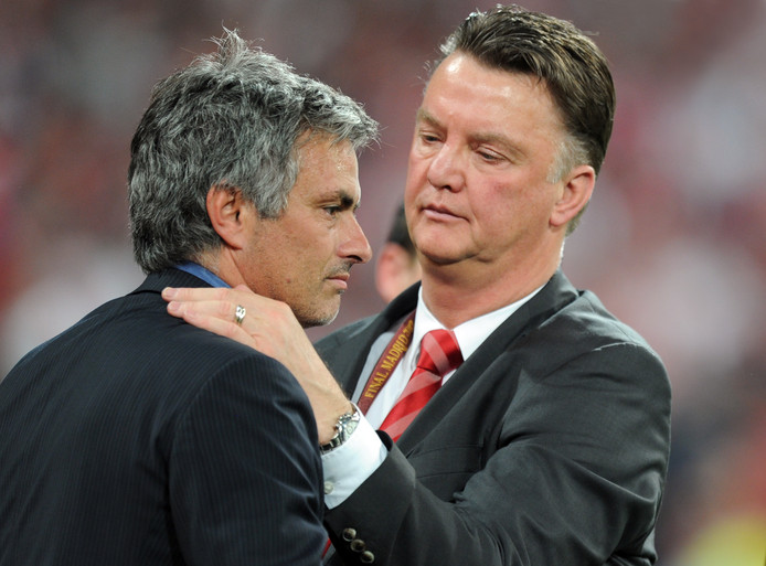 José Mourinho (l) met Louis van Gaal.