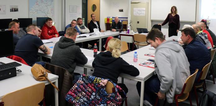 Werknemers van uitzendorganisatie Europe@work krijgen Nederlandse les die aansluit op hun dagelijks werk.